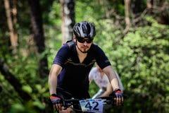 Passeios do ciclista através da floresta Fotos de Stock Royalty Free