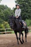 Passeios do menino em um cavalo imagens de stock royalty free
