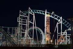 Passeios do parque de diversões na noite Imagem de Stock Royalty Free