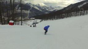 Passeios do snowboarder do homem na inclinação Estância de esqui video estoque