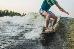 Passeios do surfista na placa imagens de stock