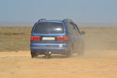 Passeios do veículo no deserto imagens de stock
