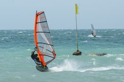Passeios do Windsurfer no Mar Negro Anapa, R?ssia foto de stock