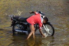 Passeios indianos novos na lagoa na bicicleta dos esportes foto de stock