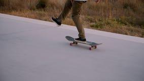 Passeios milenares do skater do moderno no por do sol vídeos de arquivo