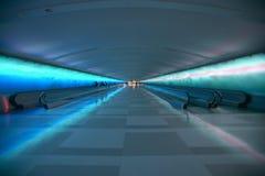 Passeios moventes e uma mostra clara em mudança no túnel do aeroporto de Detroit, Detroit, Michigan fotografia de stock