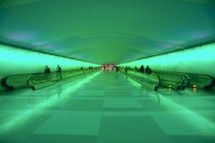 Passeios moventes e uma mostra clara em mudança no túnel do aeroporto de Detroit, Detroit, Michigan imagens de stock royalty free