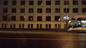 Passeios vazios de Vityaz-M do cavaleiro-m do bonde 71-931M perto na noite no fundo da construção video estoque