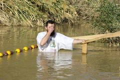 Passen de op middelbare leeftijd van de mensenpelgrim in de Rivier Jordan Baptism in Jordanië royalty-vrije stock foto