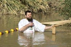 Passen de op middelbare leeftijd van de mensenpelgrim in de Rivier Jordan Baptism in Jordanië royalty-vrije stock fotografie
