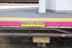 Passen Sie das Abstandszeichengeschriebene auf der Plattform auf stockbilder