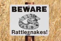 Passen Sie das Klapperschlangenwarnen auf Stockbild