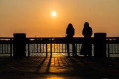 Passen Sie den Sonnenuntergang am Pier auf lizenzfreies stockfoto
