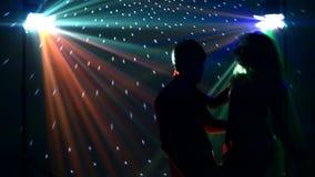 Passen Sie die Tänzer zusammen, die in Scheinwerfer am Verein tanzen stock footage