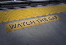 PASSEN Sie GAP auf, die U-Bahn herein zu unterzeichnen lizenzfreie stockfotos
