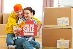 Passen Sie nach Hause darstellen für Verkaufszeichen mit Verkaufsaufkleber zusammen Stockfotografie