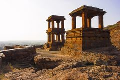 Passen Sie Türme nahe niedrigerem Shivalaya, Nord-Badami-Fort, Karnataka auf stockfoto