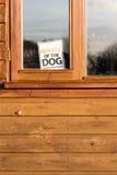 Passen Sie vom Hund unterzeichnen herein Fenster auf Stockfotos