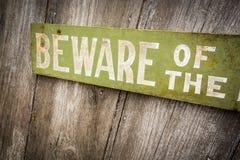 Passen Sie vom Hundezeichen auf altem getragenem hölzernem Zaun auf Stockbilder
