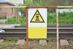 Passen Sie vom Zug auf Ein gelbes Dreieck mit einem schwarzen Bild Passen Sie vom Zug auf Lizenzfreies Stockfoto
