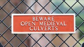 Passen Sie von den offenen mittelalterlichen Abzugskanälen auf Stockfotos