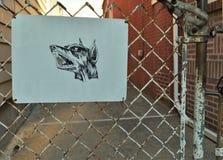 Passen Sie von Hundezeichen-warnendem Haus auf stockfotos