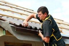 Passende Fliesen des männlichen Roofer Lizenzfreie Stockbilder