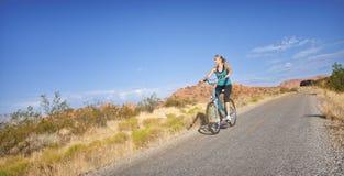 Passende Frau auf einer Fahrrad-Fahrt Stockbilder