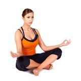 Passende Frau, die Sukhasana Yoga-Haltung übt Stockfotos