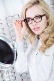 Passende Gläser in einem Optometriebüro Lizenzfreie Stockbilder