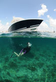 Passende junge Frau, die underwater schnorchelt Lizenzfreie Stockfotografie