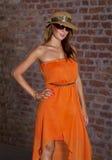 Passende schöne Frau im orange Kleid stockfoto