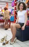 Passende Schuhe der jungen Frau im System Lizenzfreie Stockfotografie