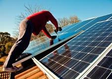 Passende Sonnenkollektoren zum Dach des Hauses Stockbilder