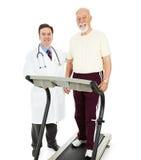 Passender älterer Mann mit Doktor Stockbilder
