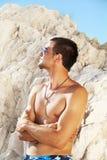 Passender Mann des stattlichen reizvollen Kaukasiers im Strand Lizenzfreies Stockfoto