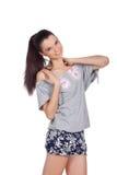 Passendes glückliches Mädchen, das ihre Schultern berührt Stockfotos