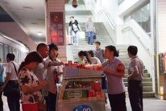 Passeners het kopen voedsel Stock Fotografie