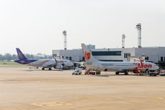 Passenger aircraft docked at the main terminal of Don Mueang Int Royalty Free Stock Images