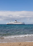 Passenger white ship suitable to the shore Royalty Free Stock Photography