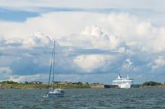 Passengerferry que passa a fortaleza Helsínquia do mar de Suomenlinna Fotos de Stock Royalty Free