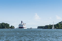 Passengerferry que passa a fortaleza Helsínquia do mar de Suomenlinna Imagem de Stock