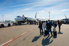 Passengers boarding on the aircraft of low cost airline company Ryanair Royalty Free Stock Photos