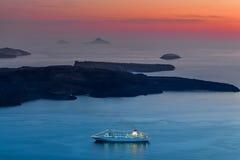 Passengership Santorini bij zonsondergang Stock Afbeeldingen