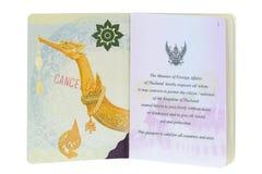 Passeport électronique thaïlandais avec un timbre rouge DÉCOMMANDÉ sur la couverture intérieure Photos stock