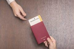 Passeport étranger avec la carte d'embarquement dans la main femelle sur le contrôle de passeport concept de course photos libres de droits