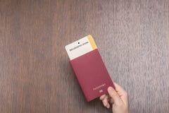 Passeport étranger avec la carte d'embarquement dans la main femelle sur le contrôle de passeport concept de course image libre de droits