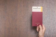 Passeport étranger avec la carte d'embarquement dans la main femelle sur le contrôle de passeport concept de course photos stock