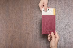 Passeport étranger avec la carte d'embarquement dans la main femelle sur le contrôle de passeport concept de course photographie stock