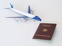 Passeport allemand d'enfants avec l'avion Images libres de droits